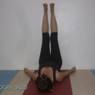 Cómo hacer yoga en casa para embarazadas: extensión de piernas en pared