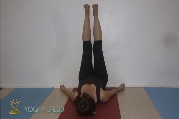 Practica Yoga en casa.Extensión de piernas en pared