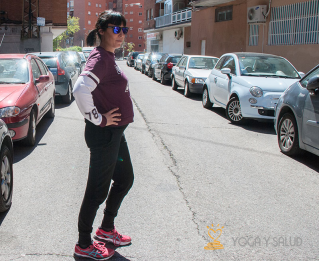 Posturas de yoga para viajar embarazada