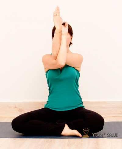 Postura para descargar el dolor de dorsales